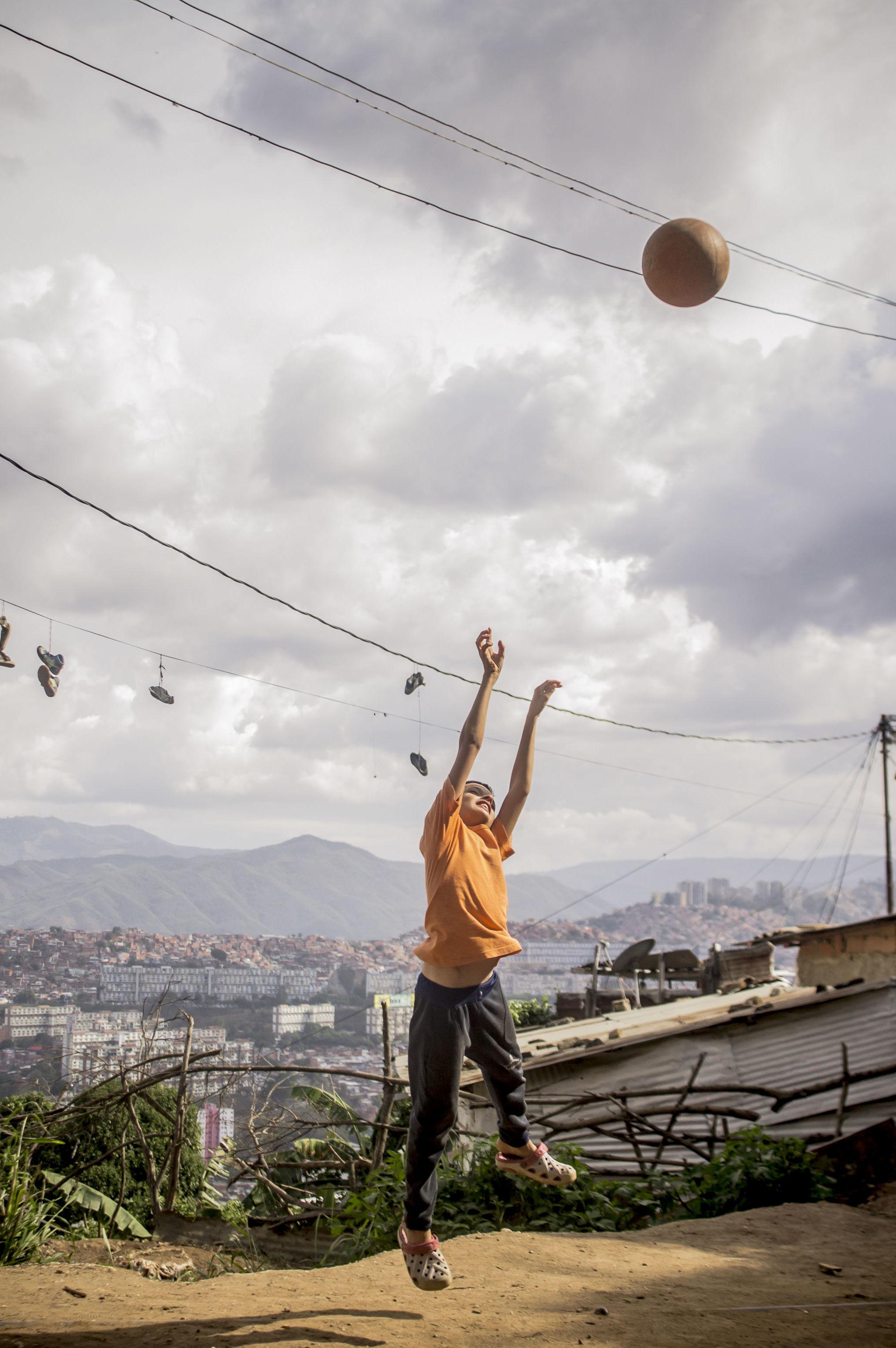 Niño jugando a la pelota en La Pastora, Caracas