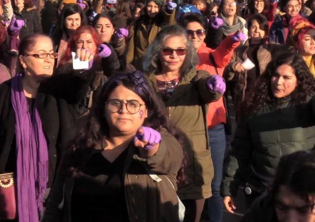 Cientos de mujeres turcas cantan 'Un violador en tu camino' en Estambul