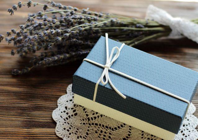 Un regalo en una caja de cartón. Imagen referencial