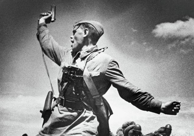 Un comandante del Ejército Rojo llama a la carga a sus soldados durante la Gran Guerra Patria