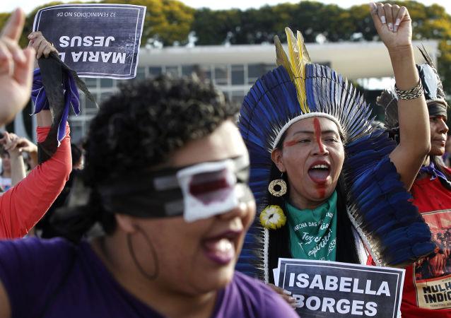 Mujeres cantan 'Un violador en tu camino' en Brasilia