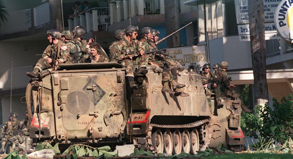 Soldados estadounidenses posicionados en una calle de Ciudad de Panamá durante la invasión de 1989