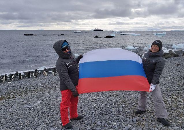 Katja Ovchinnikova y Evguenia Alechine, ambas nacidas en Rusia