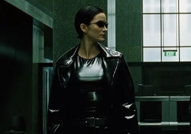 Trinity junto a Neo, captura de pantalla