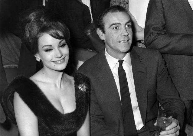 Claudine Auger, la actriz y modelo francesa, y Sean Connery, actor escocés