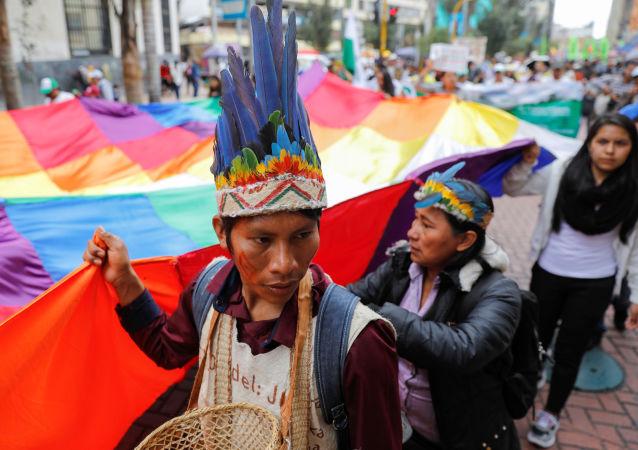 Indígenas con wiphala protestan en Bolivia