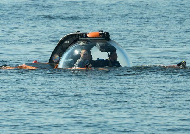 Vladímir Putin se sumerge a bordo de un batiscafo