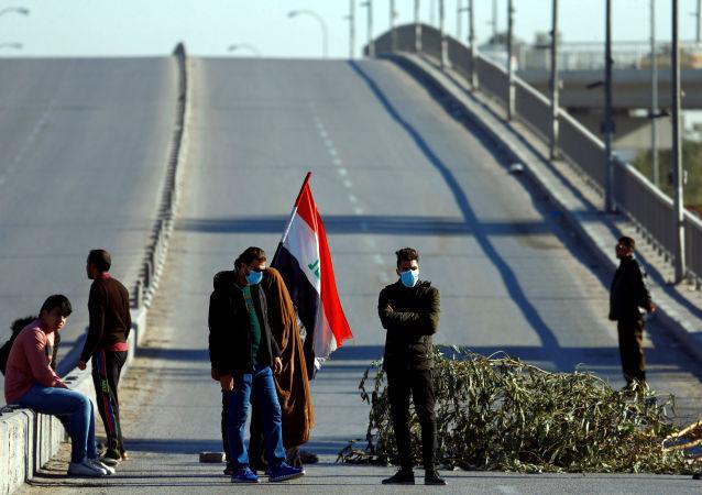 Manifestantes bloquean una carretera en Irak