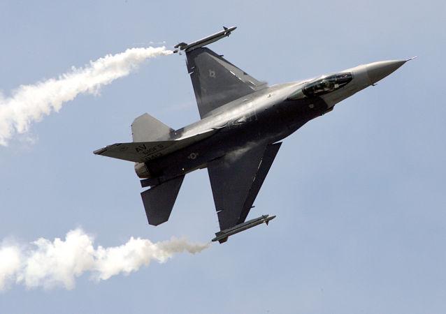 Un caza estadounidense F-16C