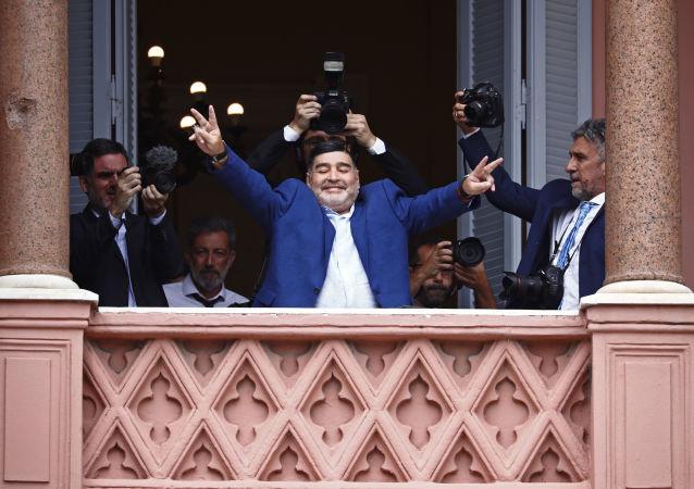 Diego Armando Maradona saludando desde el balcón de la Casa Rosada