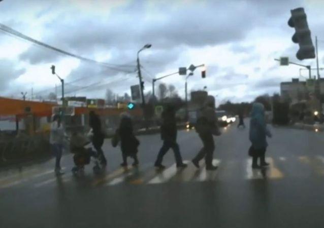 Un semáforo se cae en Rusia