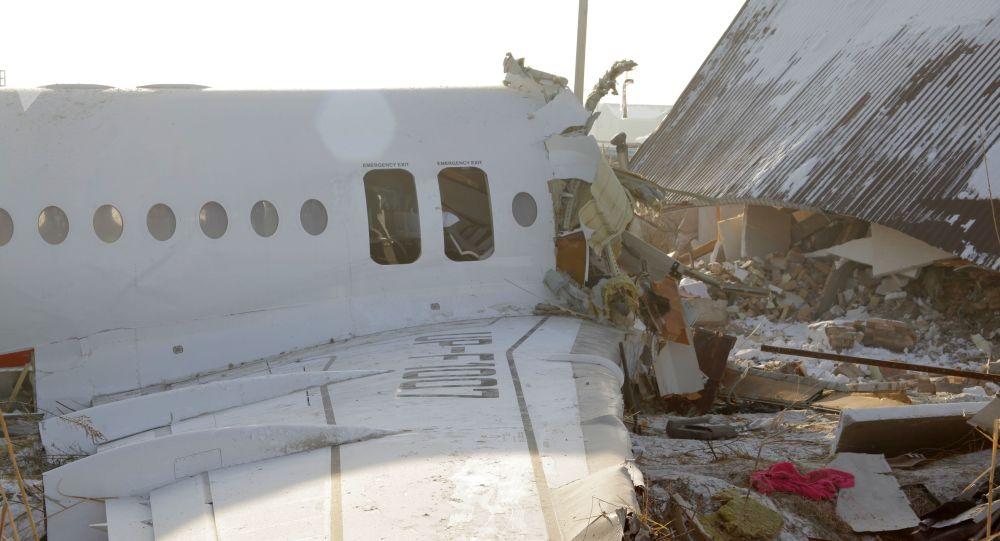 Restos del avión Fokker-100 en Kazajistán