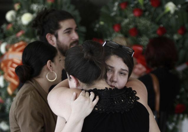 Gente se abraza en el funeral de Elsa Mendoza asesinada en el tiroteo masivo de El Paso.