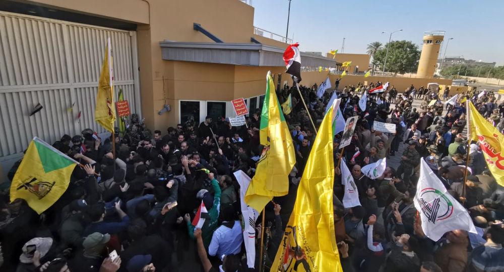 Manifestantes iraquíes cerca de la Embajada de EEUU en Bagdad