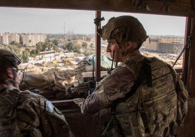 Militares estadounidenses cerca de la Embajada de EEUU en Bagdad, Irak