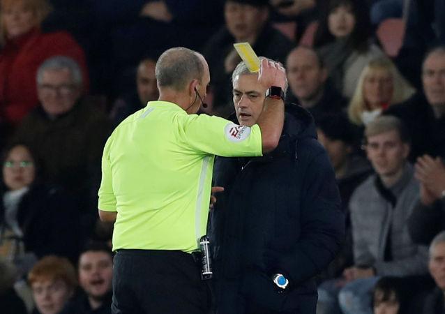 José Mourinho, director técnico del Tottenham, recibe una trajeta amarilla