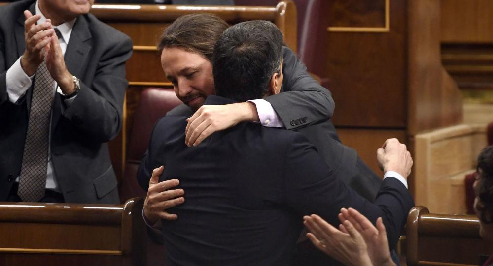 Pablo Iglesias junto a Pedro Sánchez