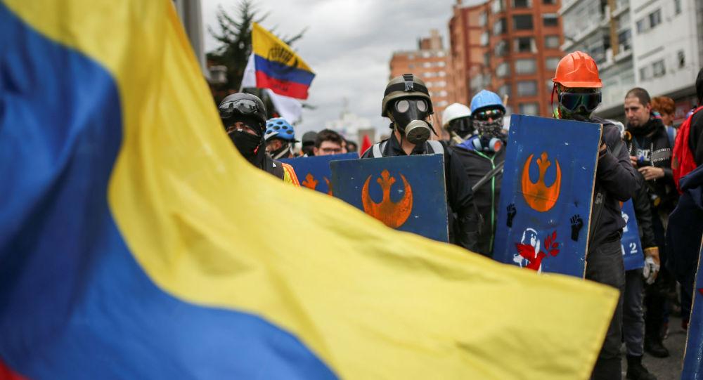Demonstrantes con la bandera de Colombia (archivo)
