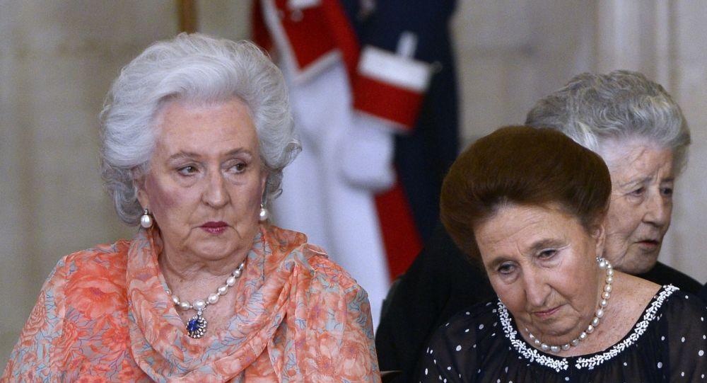 La infanta Pilar de Borbón (izquierda)