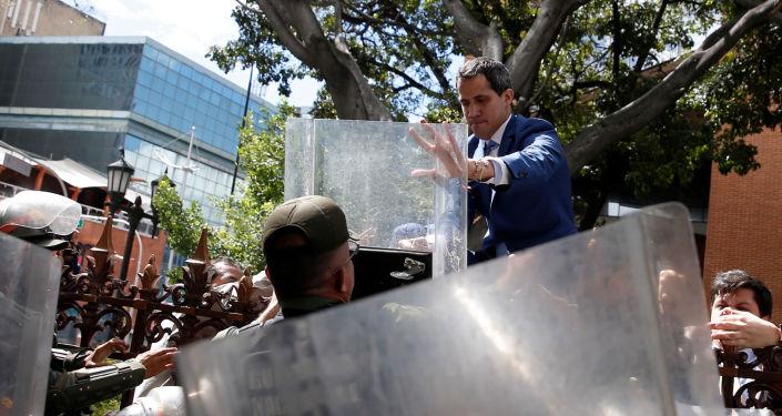 Juan Guaidó cerca de la Asamblea Nacional de Venezuela