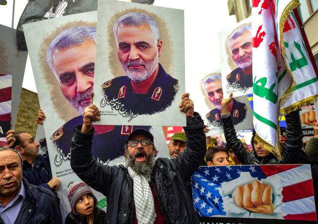 Activistas con el retrato del general iraní Qasem Soleimani tras la tensión entre EEUU e Irán