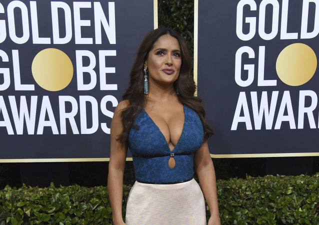 La actriz Salma Hayek en la alfombra roja de los Premios Globo de Oro