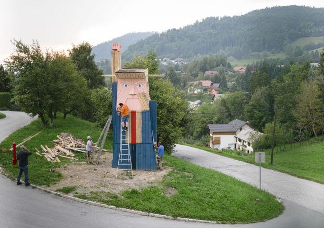 La estatua de Trump creada por el artista esloveno Tomaz Schlegl (archivo)