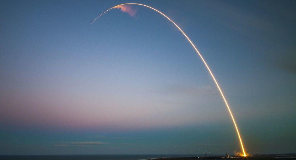 Lanzamiento de satélite - imagen referencial