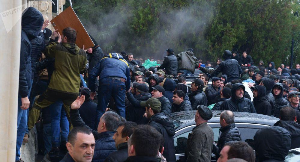 Opositores se apoderan del edificio de la Administración presidencial de Abjasia