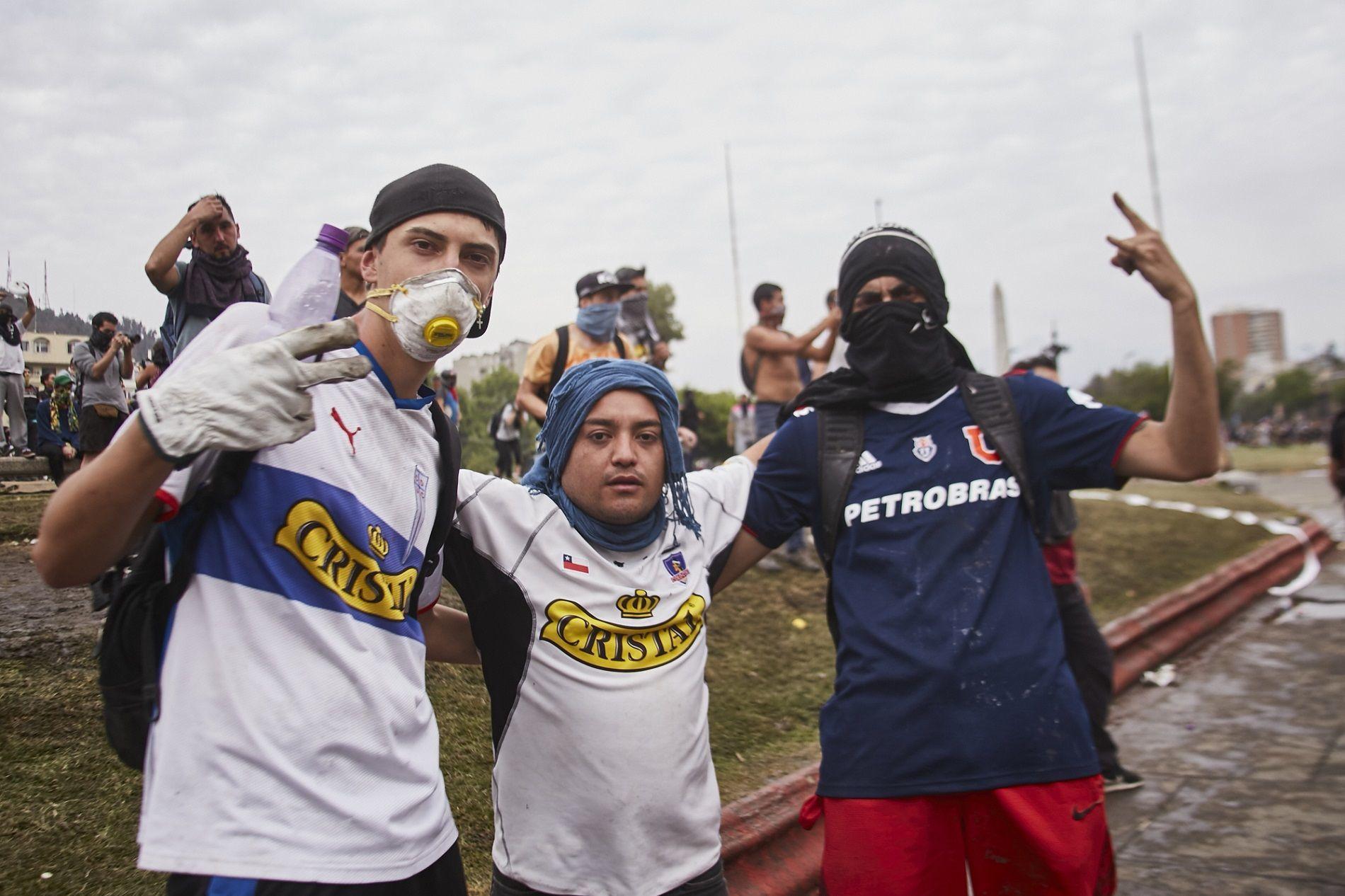 Manifestantes con camisetas Universidad Católica, Colo Colo y Universidad de Chile