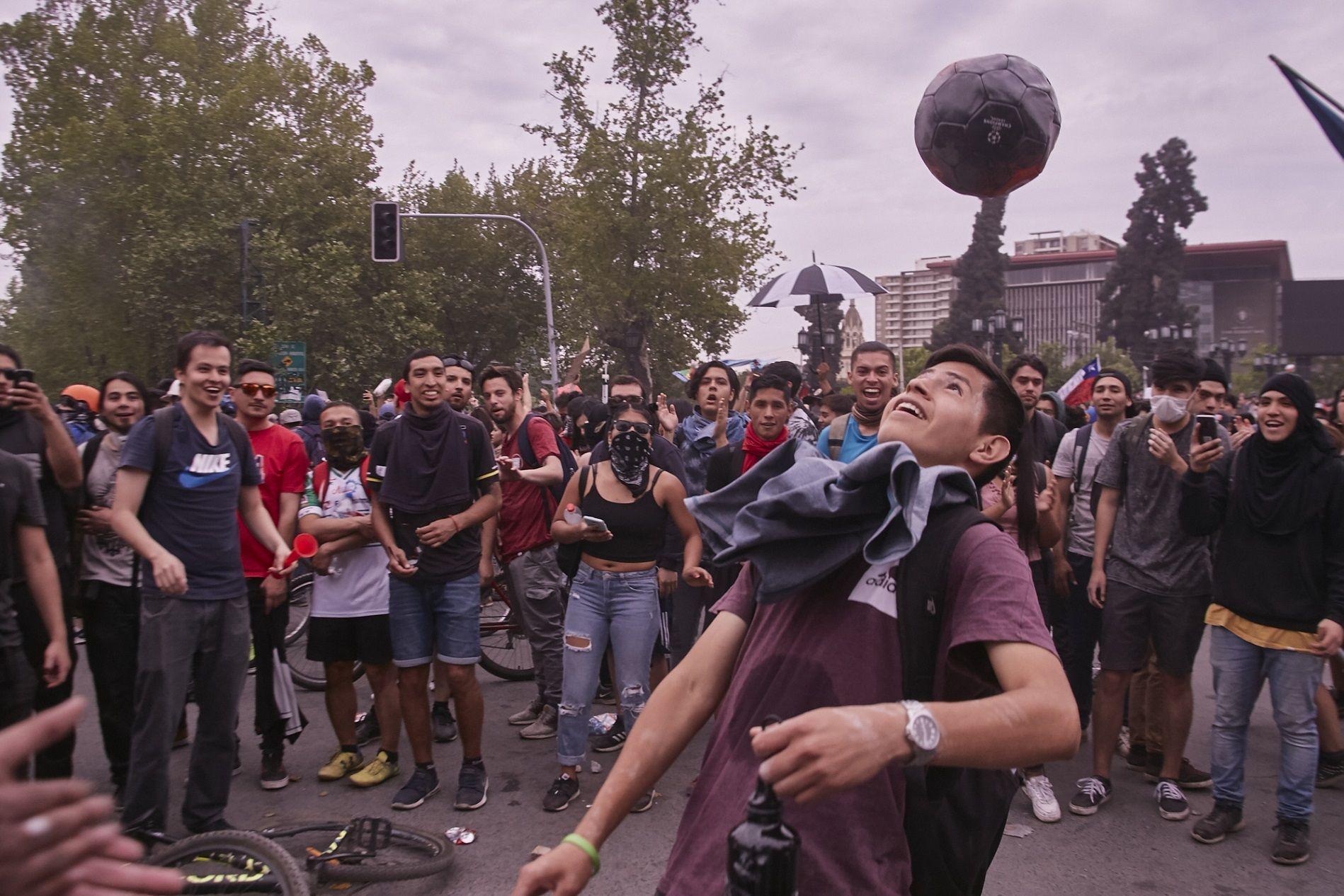 Manifestante haciendo juegos con el balón