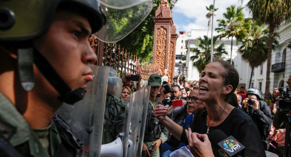 Diputada venezolana Manuela Bolívar enfrenta a las fuerzas de seguridad en el edificio de la Asamblea Nacional