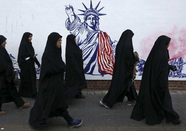 Un muro en Teherán con la imagen de la Estatua de la Libertad