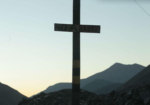 Una cruz que lleva el mensaje 'No a Barrick' cerca del proyecto Pascua-Lama de Barrick Gold Corp. en el norte de Chile
