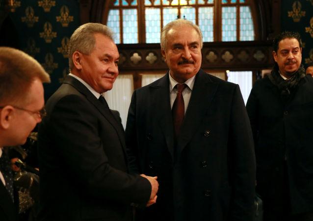 El ministro de Defensa ruso, Serguéi Shoigú, y el comandante del Ejército Nacional de Libia, Jalifa Haftar