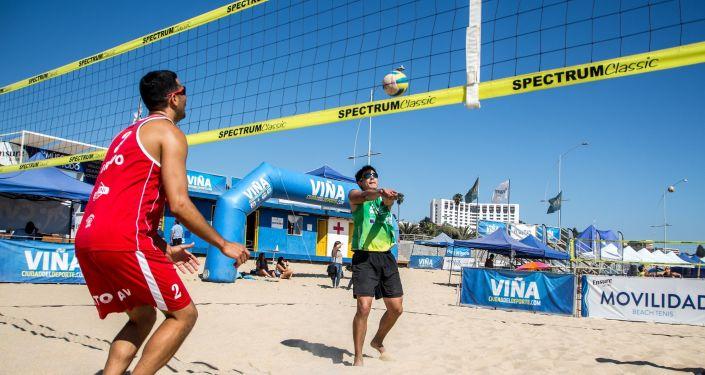 Jugando al voleibol de playa