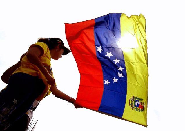 Mujer con bandera de Venezuela flameando