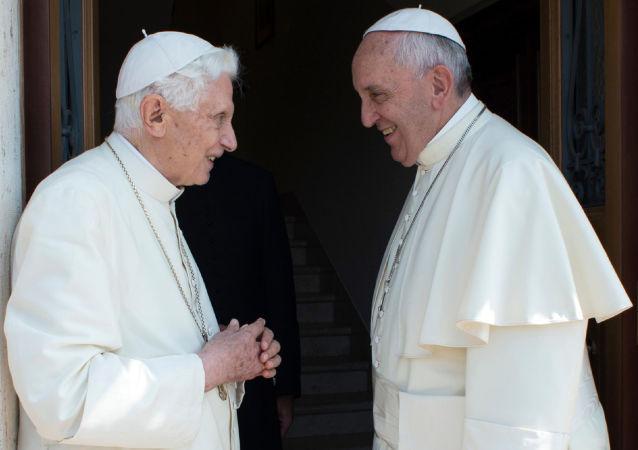 El papa Benedicto junto al papa Francisco