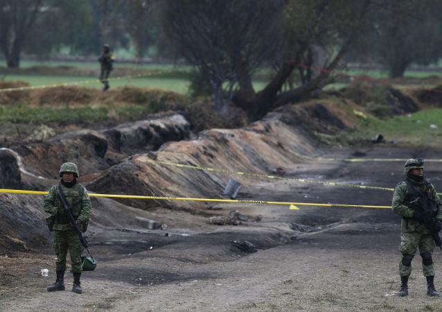 Soldados en el lugar de la explosión de un ducto en Tlahuelilpan, México