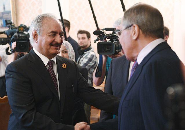 El ministro de Exteriores ruso, Serguéi Lavrov, y el comandante del Ejército Nacional Libio, Jalifa Haftar