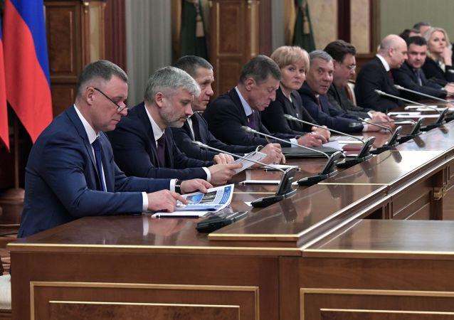 Algunos de los miembros del gabinete de ministros de Rusia en la reunión en que el primer ministro, Dmitri Medvédev, anunció la dimisión del Gobierno del país