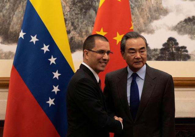 El ministro de Exteriores de Venezuela, Jorge Arreaza, con su homólogo chino, Wang Yi