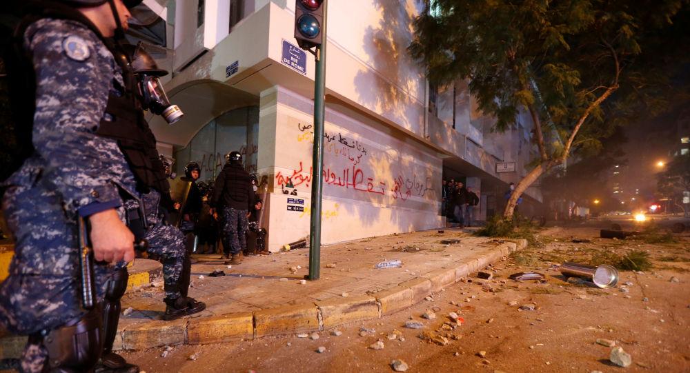 Policía durante las protestas en el Líbano