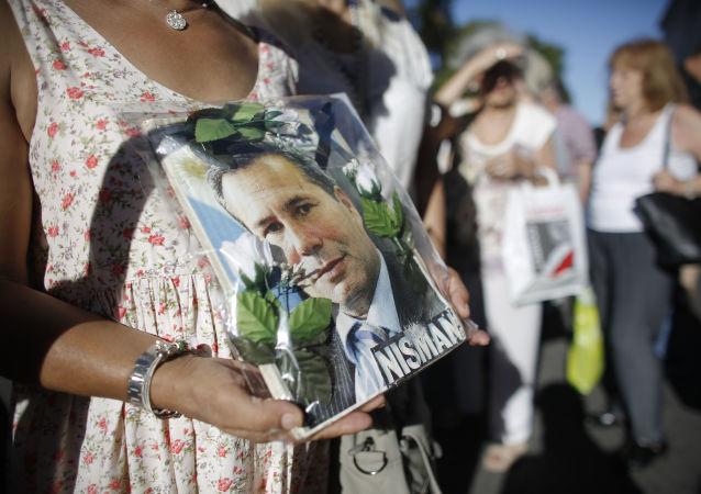 Un cartel con el rostro del fiscal Alberto Nisman, muerto en circunstancias extrañas en enero de 2015