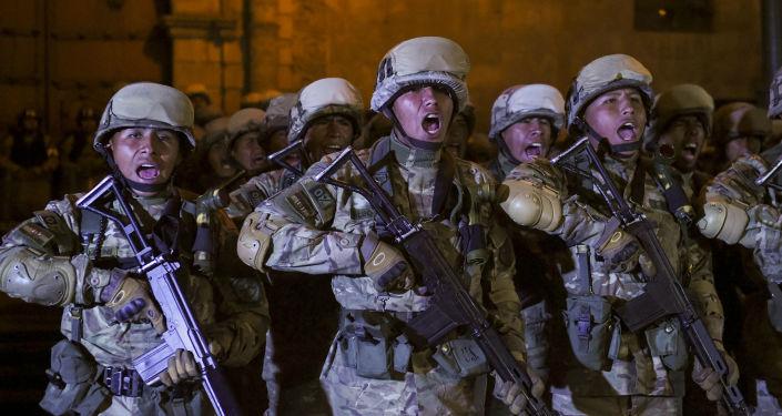 Militates bolivianos patrullando en La Paz