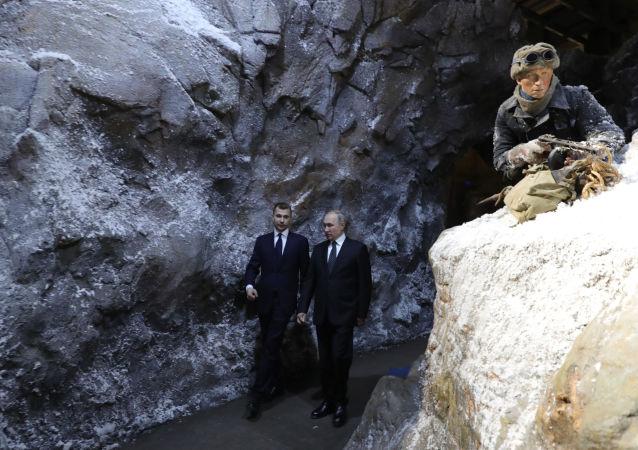 Vladímir Putin, presidente ruso, en las trincheras de la exposición escala 'La memoria habla. El camino a través de la guerra'