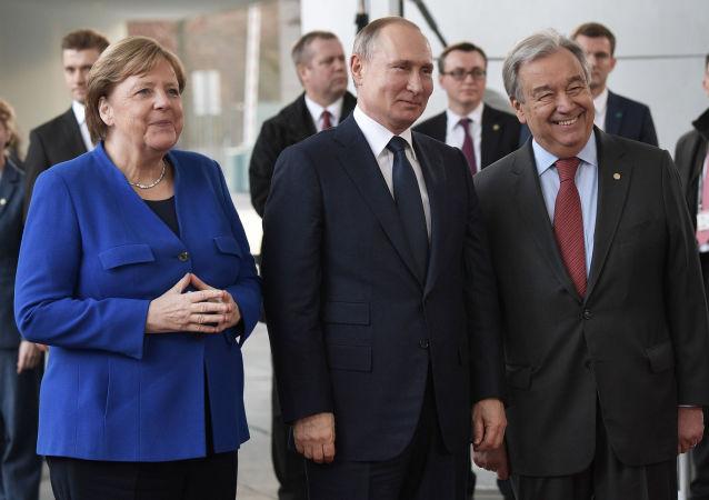 De izquierda a derecha: la canciller alemana, Angela Merkel, el presidente ruso, Vladímir Putin, y el secretario general de la ONU, António Gutteres