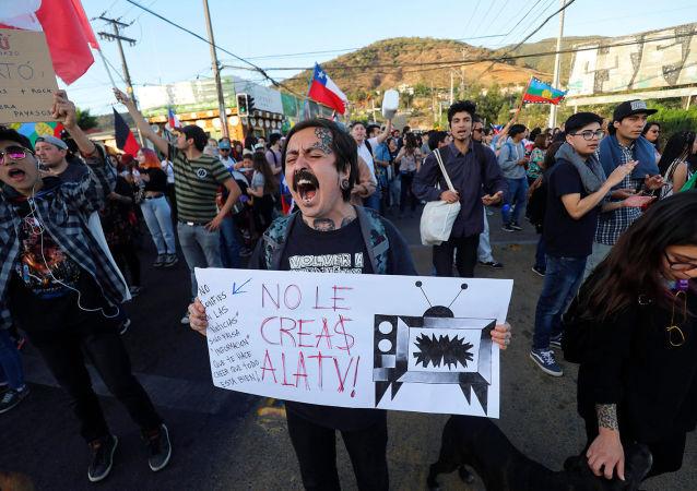 Manifestación de protesta en Chile - No le creas a la TV
