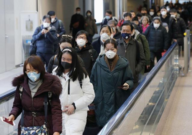 Pasajeros chinos en un aeropuerto