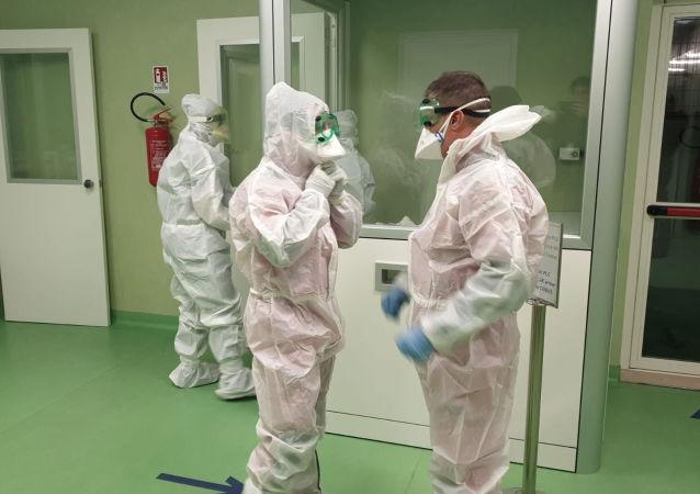 Los médicos van a examinar a pacientes con coronavirus